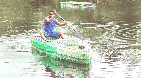 barca con botellas de plastico