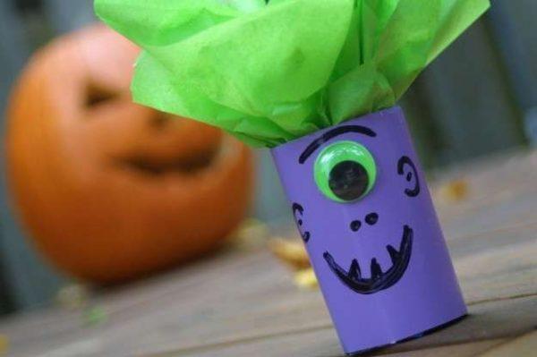 manualidades-de-halloween-con-rollos-de-papel-higienico-monstruo-pelo
