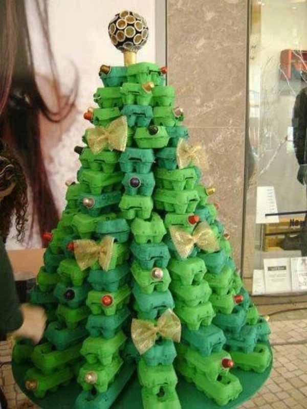 arbol-de-navidad-reciclado-hecho-con-hueveras