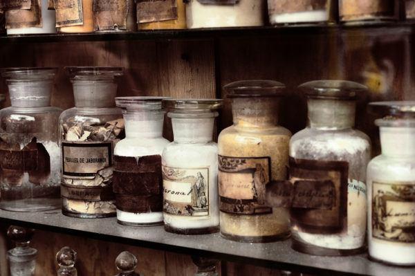 Como decorar botellas de cristal o de vidrio con etiquetas antiguas
