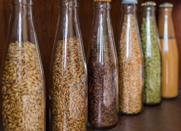 Como decorar botellas de cristal o de vidrio con materiales naturales