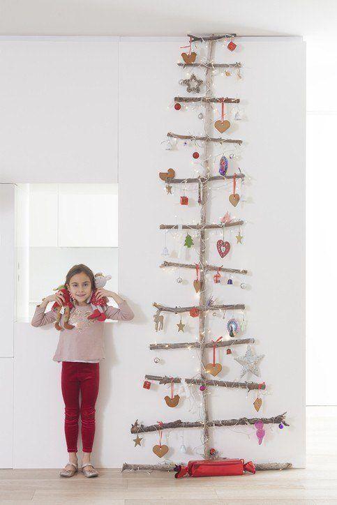 Arboles de navidad con ramas y adornos