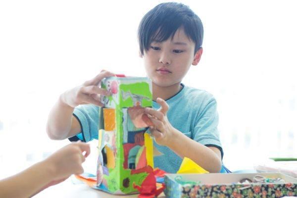 manualidades-para-el-dia-del-padre-con-materiales-reciclados-organizador-brick-de-leche-istock