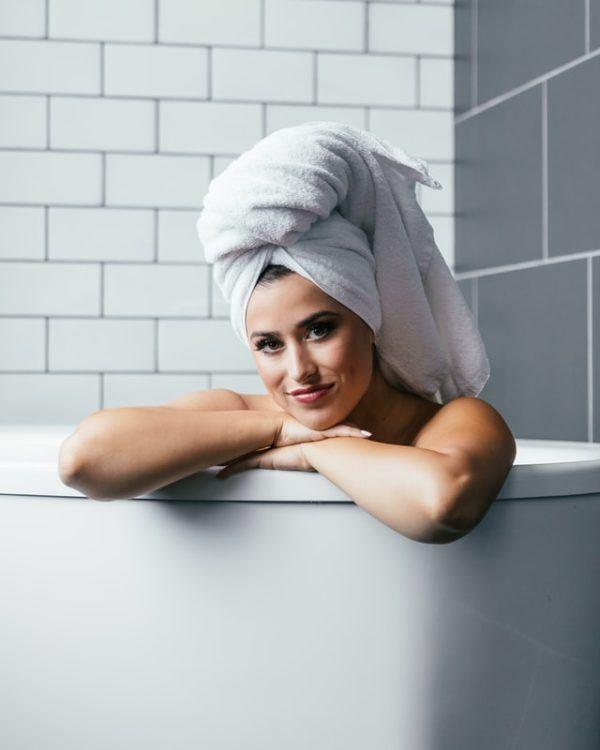 Mujer lavando pelo