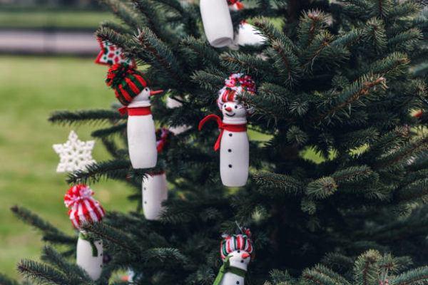Arboles de navidad 2021 con adornos reciclados ideas y fotos botellas