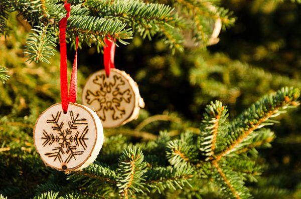 Arboles de navidad 2021 con adornos reciclados ideas y fotos trozo madera tallada