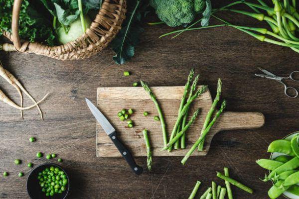 Que frutas y verduras comer en julio calendario de temporada esparragos