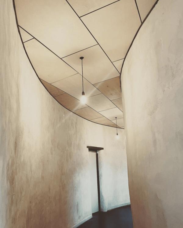 Cómo construir tu propia casa de adobe paso a paso interior pasillo