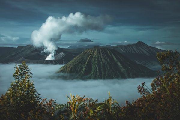 Cómo contribuyen los volcanes al cambio climático humo