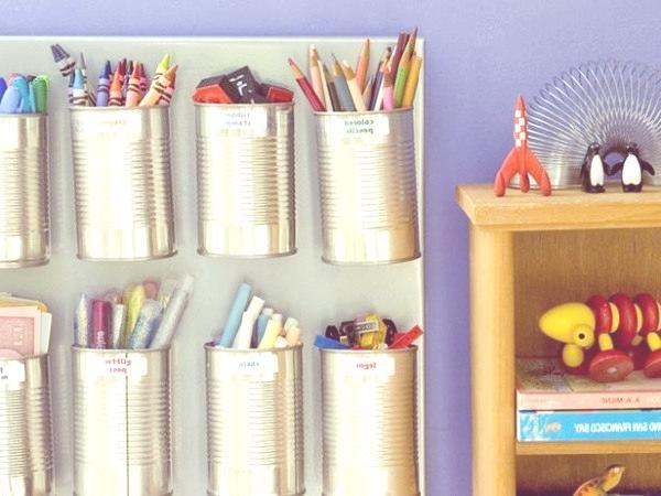 Reciclar latas y botellas en organizadores de lápices