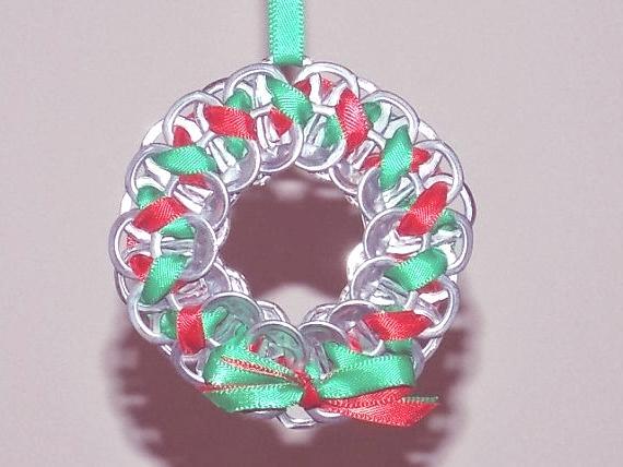 decoracion-navidena-con-materiales-reciclados-Corona-de-hebillas-de-latas