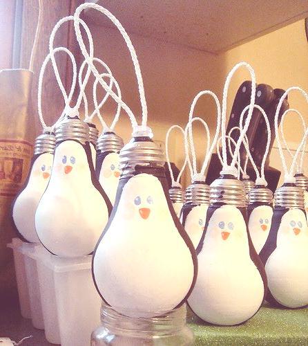 decoracion-navidena-con-materiales-reciclados-bombillas-convertidas-en-pinguinos