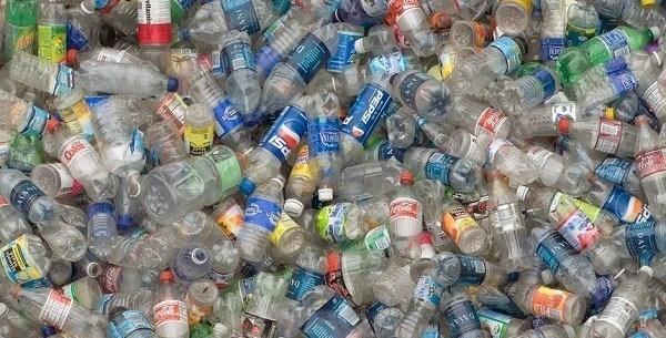 residuos botellas de plastico