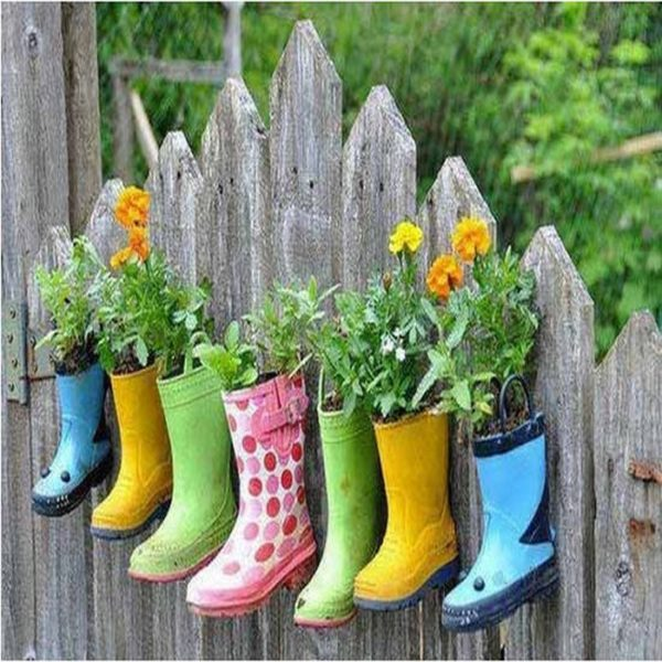 reciclar-cosas-viejas-botas-transformadas-en-floreros