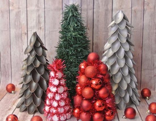 reciclar-cosas-viejas-cucharas-de-plastico-convertidas-en-arboles-de-navidad