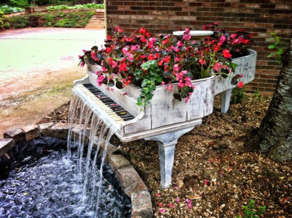 reciclar-cosas-viejas-piano-transformado-en-fuente