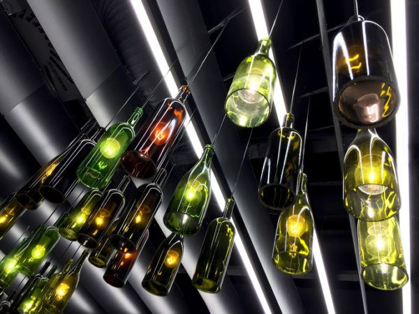 Como decorar botellas de cristal o de vidrio con bombillas