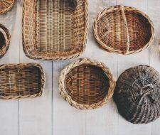 Cómo decorar cestas de mimbre con materiales reciclados