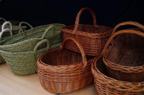 C mo decorar cestas de mimbre con materiales reciclados erenovable - Como forrar cestas de mimbre ...