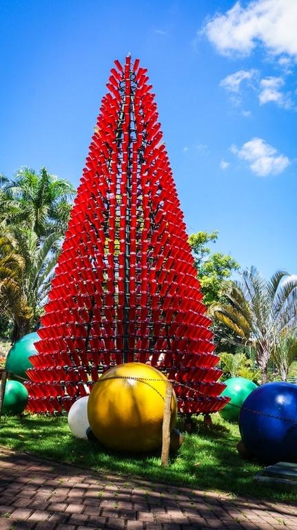 Decoracion navidena con elementos reciclados arbol de navidad con vidrios