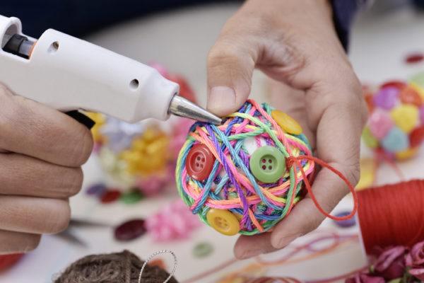 Decoracion navidena con elementos reciclados bolas de navidad con lana y botones